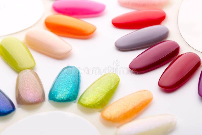 Nagellack in den verschiedenen Modefarben lizenzfreies stockfoto