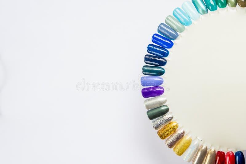 Nagellak in verschillende manierkleur Kleurrijke 3D de spijkerlak van het kattenoog in uiteinden op witte achtergrond Glanzend ge royalty-vrije stock afbeeldingen