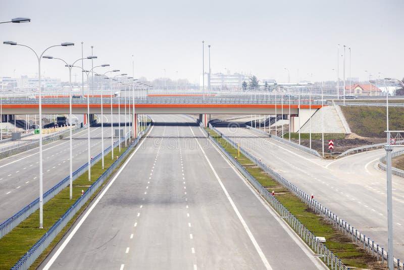 Nagelneue, breite Autobahn stockbilder