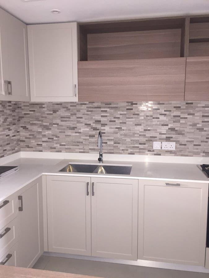 Nagelneue weiße Küchenarbeitsplatte mit Wanne Ansicht von Kabinetten und von Lagerung lizenzfreie stockfotos