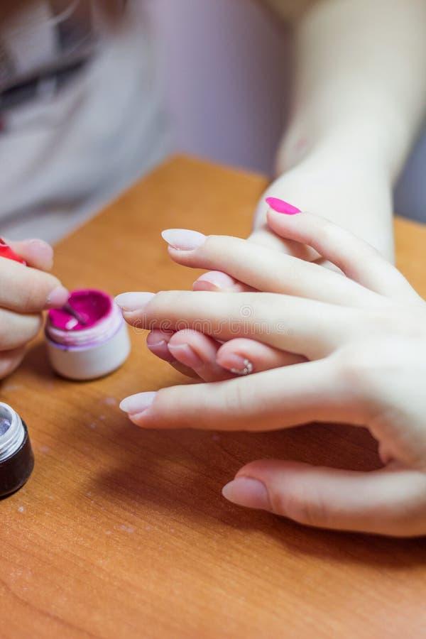 Nagelpflege im Salon Selektiver Fokus auf Kostüm ` s Nägeln lizenzfreies stockfoto