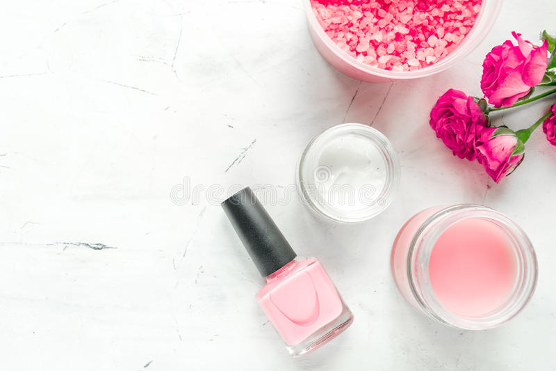 Nagelverzorgingkuuroord met roze poetsmiddel, room wit achtergrond hoogste meningsmodel wordt geplaatst dat stock foto