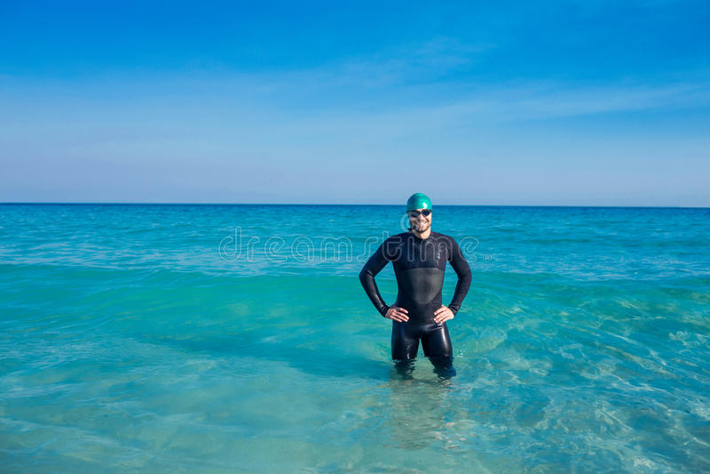 Nageur de sourire dans l'océan images libres de droits
