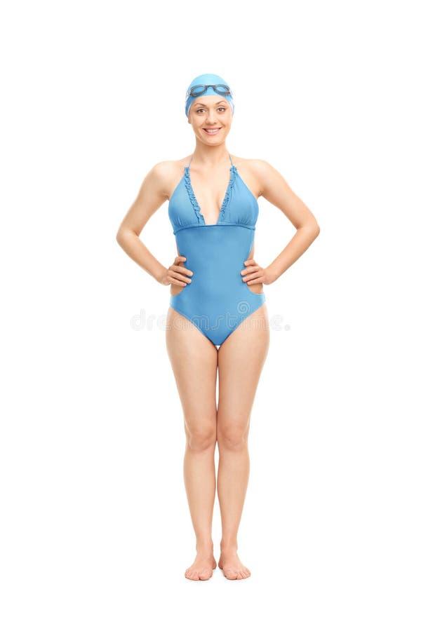 Nageur féminin dans un costume de natation bleu image libre de droits