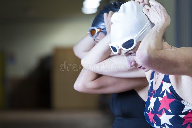 Nageurs féminins étant prêts photo libre de droits
