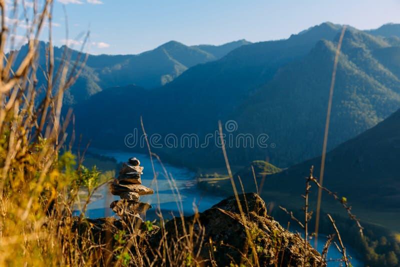 Am?nagez en parc avec les montagnes, la for?t et une rivi?re dans l'avant Beau paysage image stock