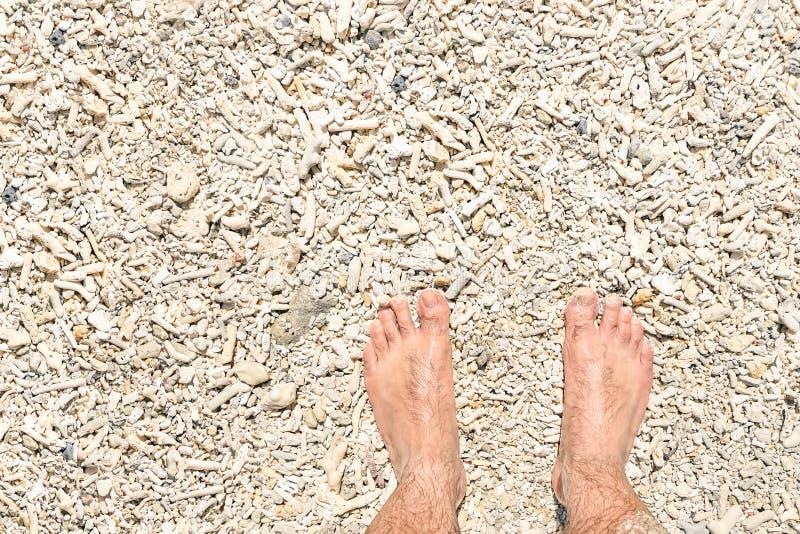 Nagi ludzki bosy na koral plaży tle na wakacjach obrazy royalty free
