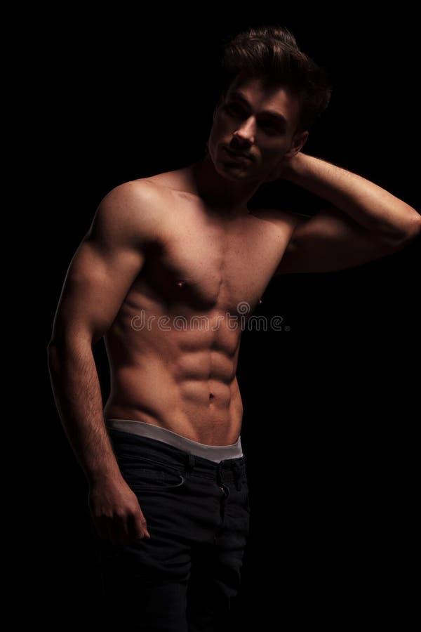 Nagi, mięśniowy mężczyzna dotyka jego szyję, obrazy stock
