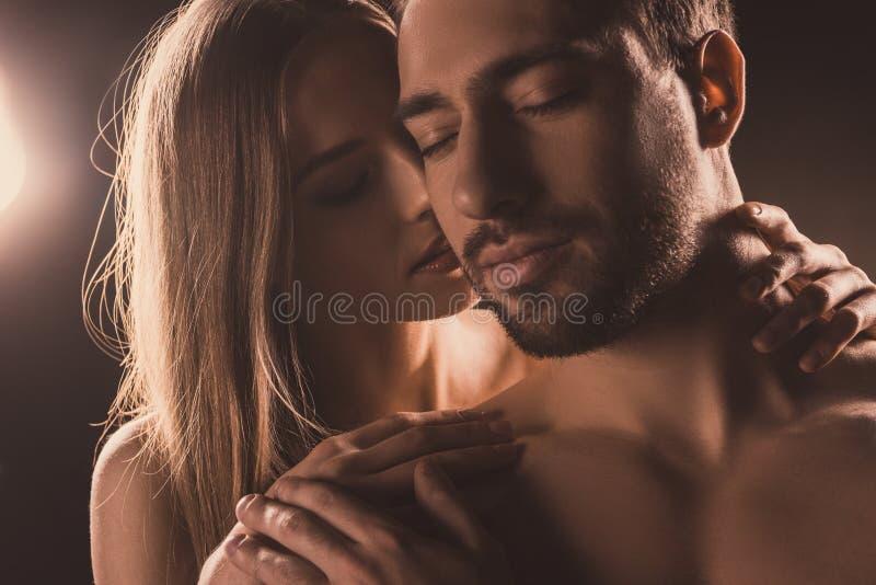 nagi zmysłowy kochanków ściskać fotografia stock