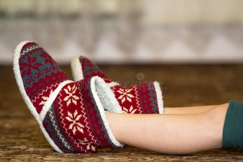 Nagie dziecko nogi, cieki w czerwonych zim bożych narodzeń butach z orna i zdjęcia royalty free