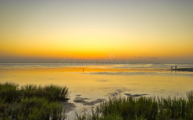 Nagloeiing van zonsondergang op de Laguna Madre Baai stock foto's