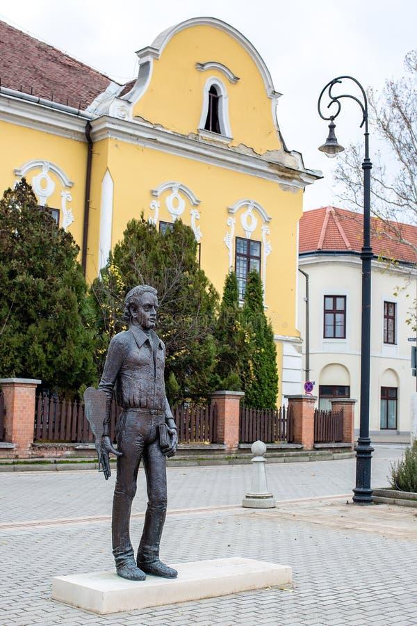 Nagykallo, Hungría, el 19 de noviembre de 2017 Estatua de un poeta húngaro Ratko Jozsef fotografía de archivo
