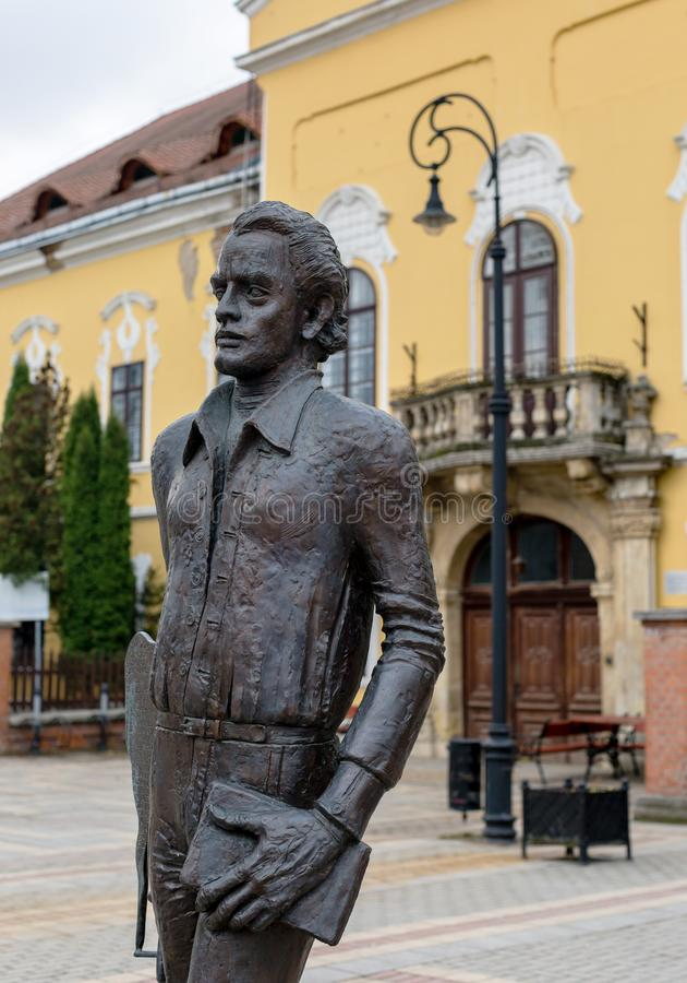 Nagykallo, Hungría, el 19 de noviembre de 2017 Estatua de un poeta húngaro Ratko Jozsef imágenes de archivo libres de regalías