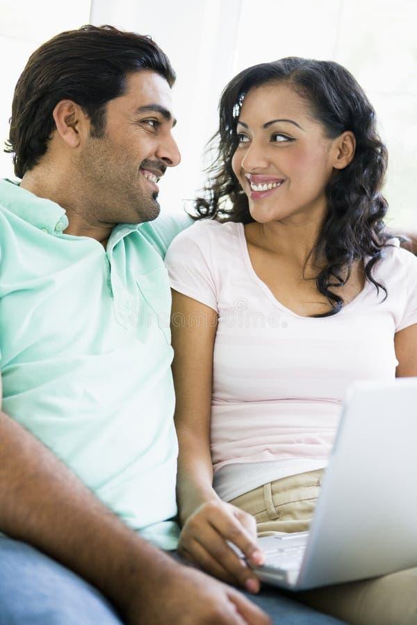 Nahöstliche Paare, die mit einem Laptop sitzen lizenzfreie stockfotografie