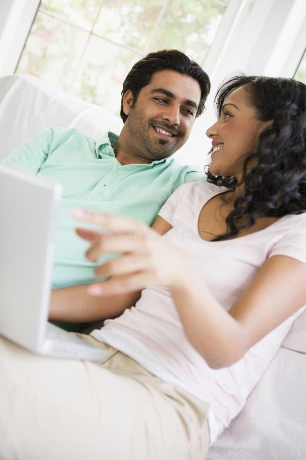 Nahöstliche Paare, die mit einem Laptop sitzen lizenzfreie stockfotos