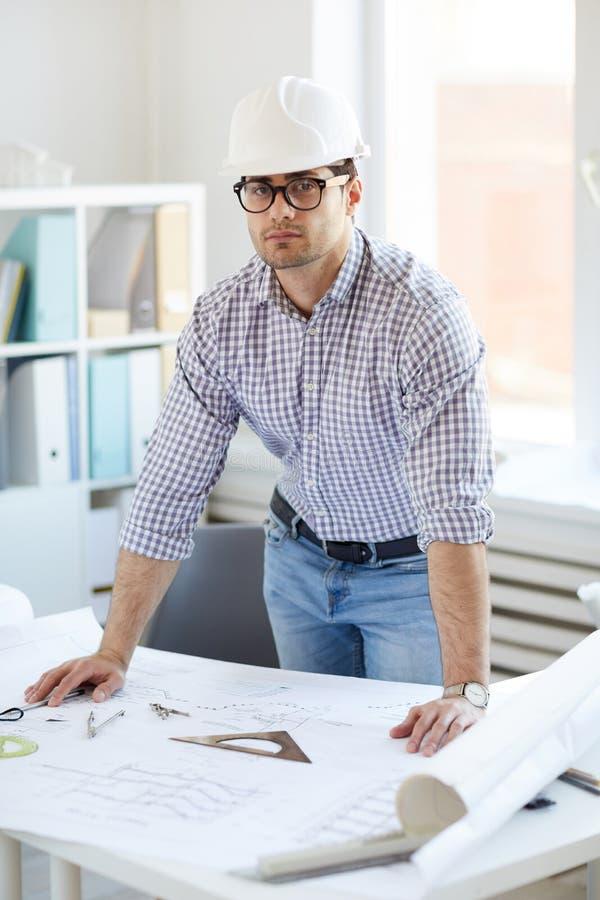 Nahöstlicher Ingenieur Posing am Arbeitsplatz stockfoto