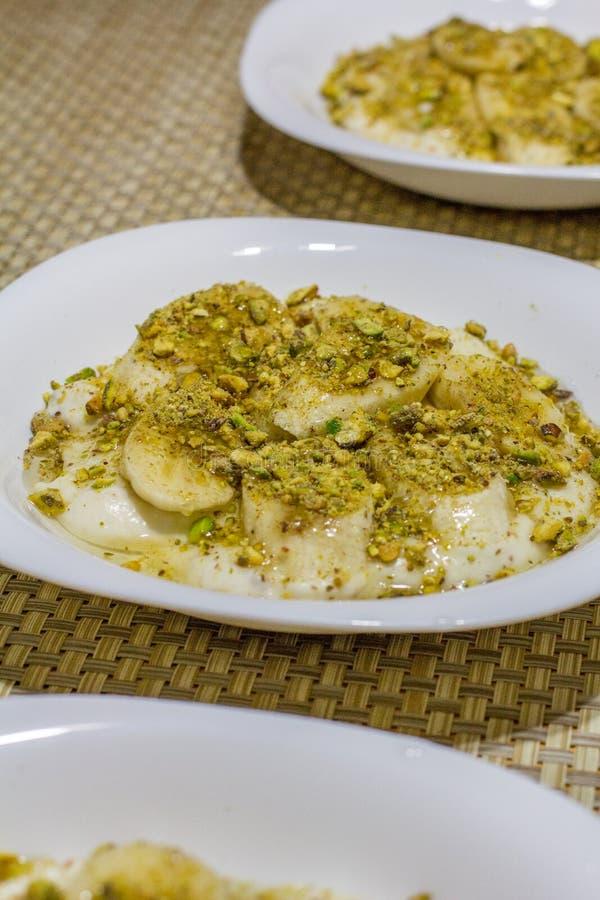 Nahöstlicher sahniger Nachtisch mit Nüssen und Honig lizenzfreie stockbilder