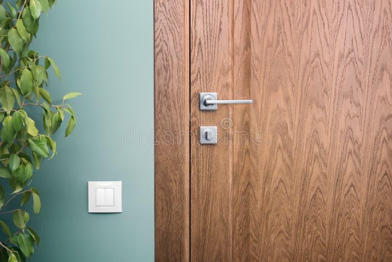 Nah - herauf Elemente des Innenraums einer schönen Wohnung Stahltür lizenzfreie stockfotografie