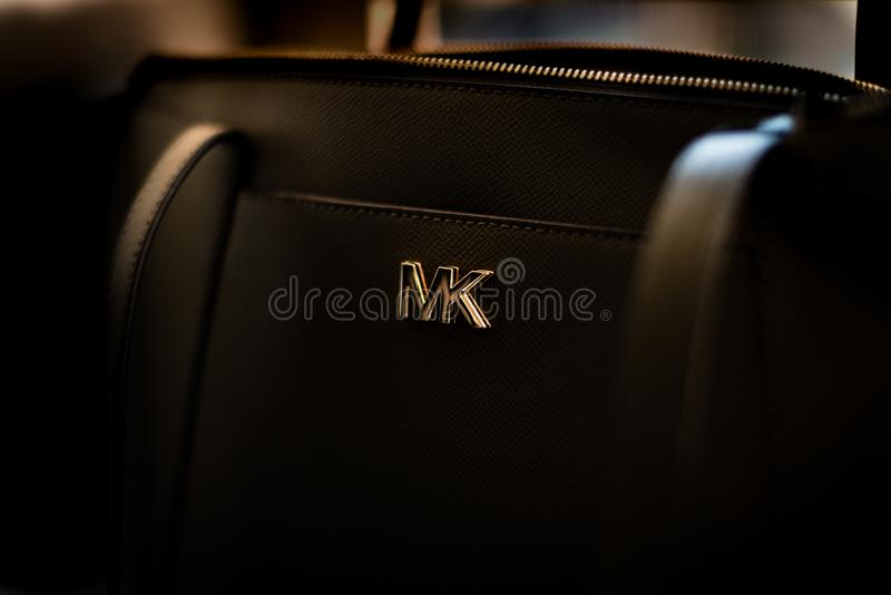 Nah oben lokalisiert von einem schwarzen Michael Kors-handbagand Logo lizenzfreies stockbild