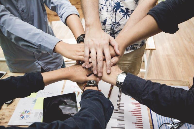 Nah oben, schaffen Handgruppen-Asien-Geschäftsmann zusammen gegenseitig nützlichen geschäftlichen Beziehungen Wirtschaftliches Di stockfoto