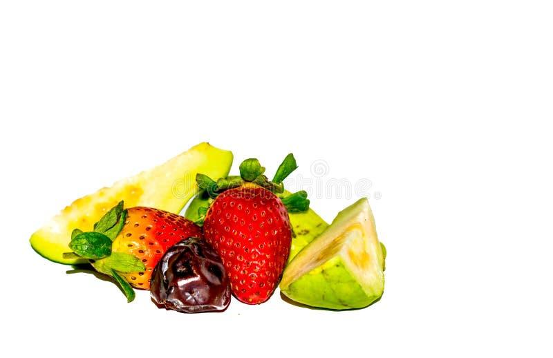 nah oben von der Erdbeere, von geschnittener Guave und vom Datum lizenzfreies stockfoto