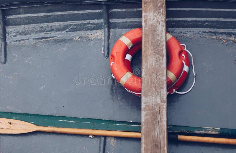 nah oben von einem alten kleinen Boot mit Bojenorange - Rettungsring - Marinestimmung lizenzfreies stockbild