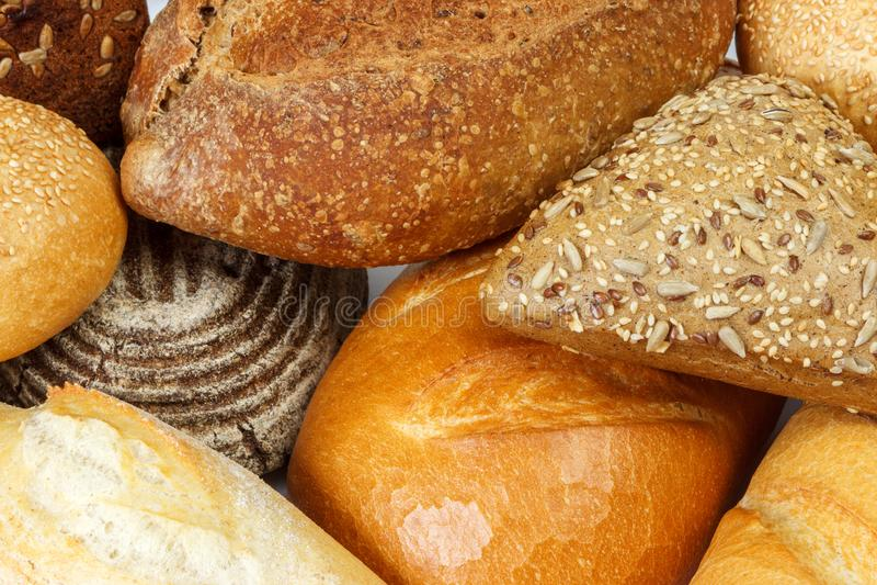 Nah sortiert vom frischen Brot und von den Brötchen oben stockfoto