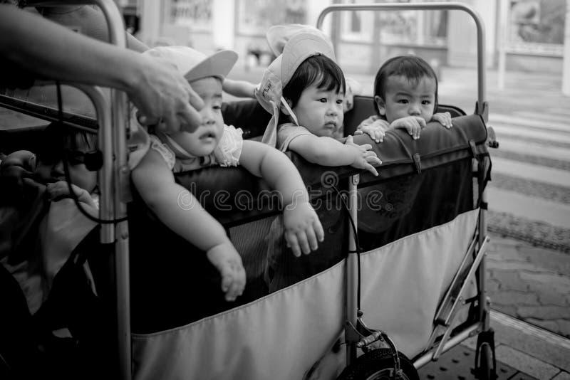 Naha, Japão - 16 de novembro: Um vagão completamente de crianças não identificadas nas ruas o 16 de novembro de 2015 em Naha, Jap imagens de stock