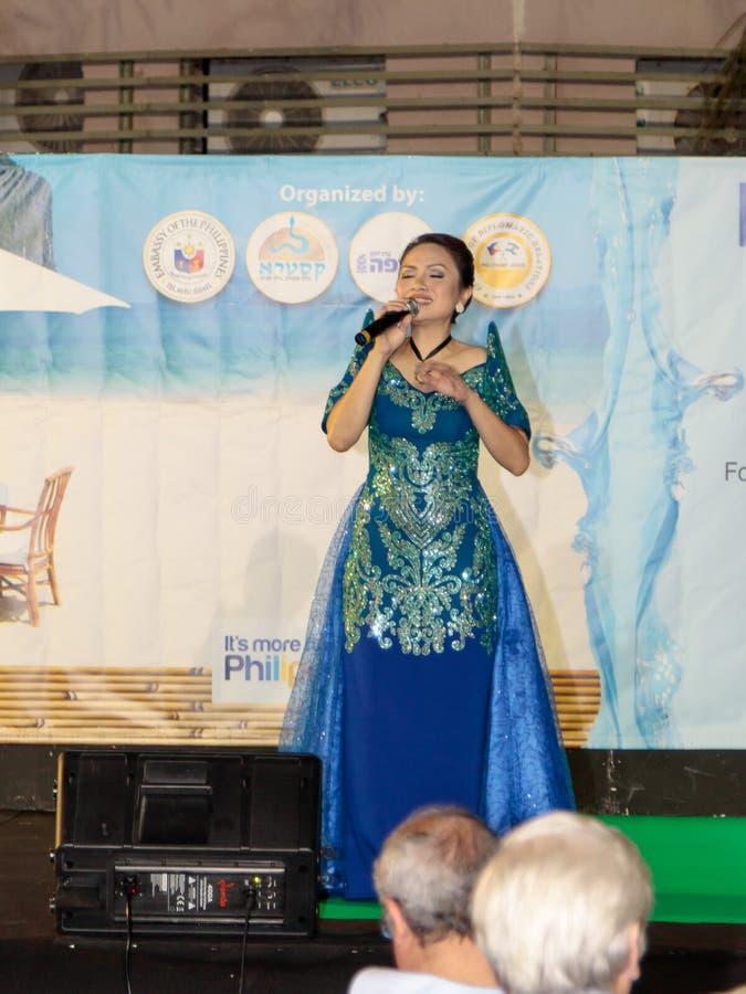 Naharija, Israel, am 11. Juni 2017: Sänger führt ein Lied an der Feier des Stadt ` s Tages in Naharija, Israel durch lizenzfreie stockfotos