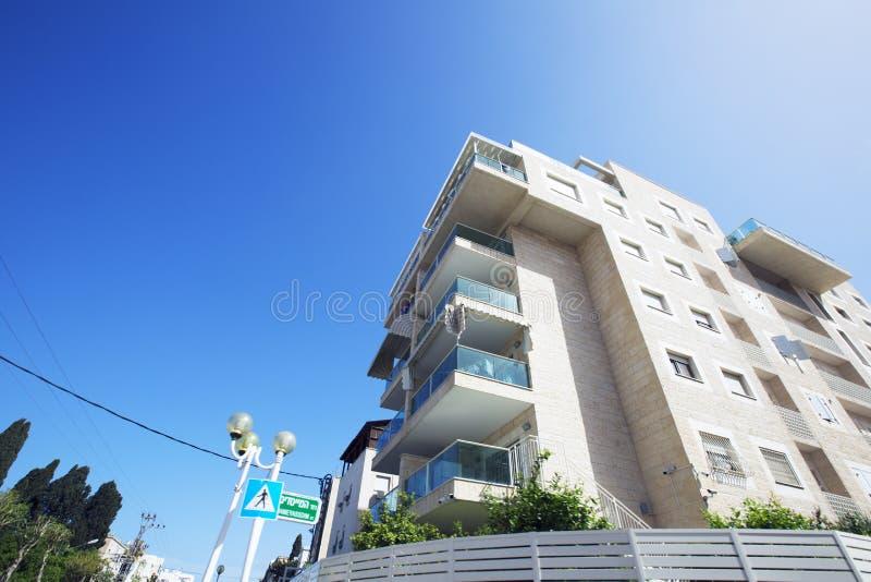 NAHARIJA, ISRAEL 9. MÄRZ 2018: Hohes Wohngebäude gegen einen blauen Himmel in Naharija, Israel lizenzfreie stockfotos