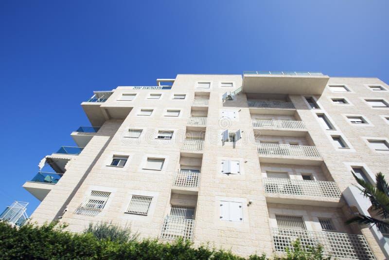 NAHARIJA, ISRAEL 9. MÄRZ 2018: Hohes Wohngebäude gegen einen blauen Himmel in Naharija, Israel stockbilder
