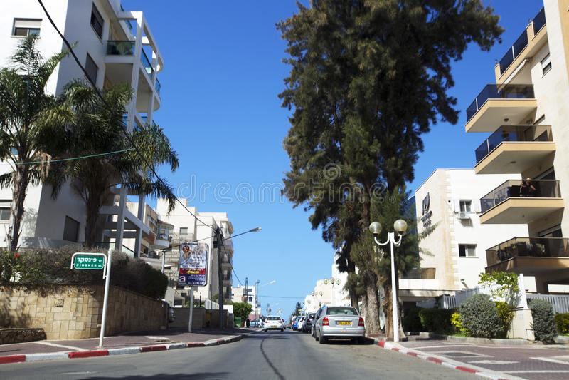 NAHARIJA, ISRAEL 9. MÄRZ 2018: Straße in der Mitte von Naharija, Israel stockfotografie