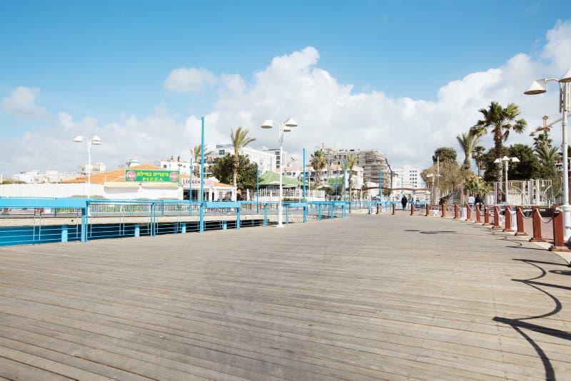 NAHARIYA, 9 ISRAËL-MAART, 2018: Plaats voor het lopen op de Mediterrane kust in de stad van Nahariya stock foto's