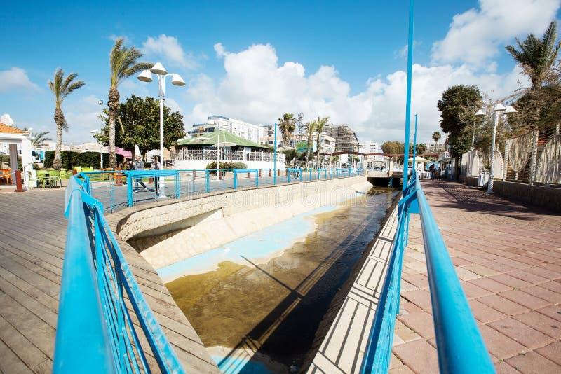 NAHARIYA, 9 ISRAËL-MAART, 2018: Plaats voor het lopen op de Mediterrane kust in de stad van Nahariya stock fotografie