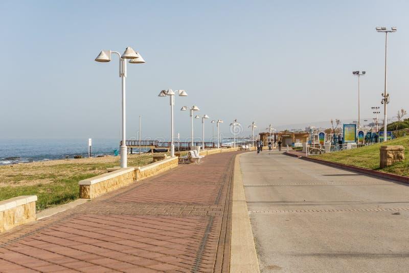 NAHARIYA, 21 ISRAËL-MAART, 2018: Voetstreek bij Middellandse Zee in de stad van Nahariya, Israël royalty-vrije stock afbeeldingen