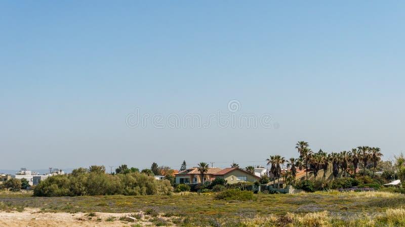 NAHARIYA, ISRAEL 3 DE ABRIL DE 2018: vista de casas privadas na costa no mar Mediterrâneo em Israel imagens de stock