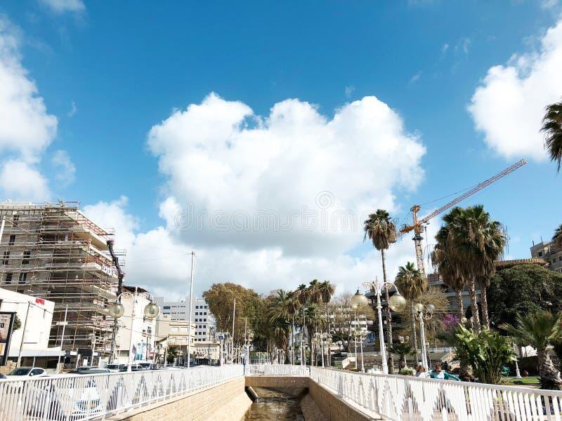 NAHARIYA, ISRAEL 9 DE MARÇO DE 2018: Lugar para andar na costa mediterrânea na cidade de Nahariya imagem de stock
