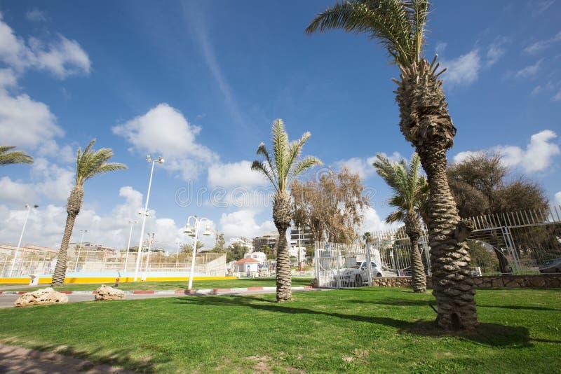 NAHARIYA ISRAEL-MARCH 9, 2018: Ställe för att gå på den medelhavs- kusten i staden av Nahariya arkivbilder