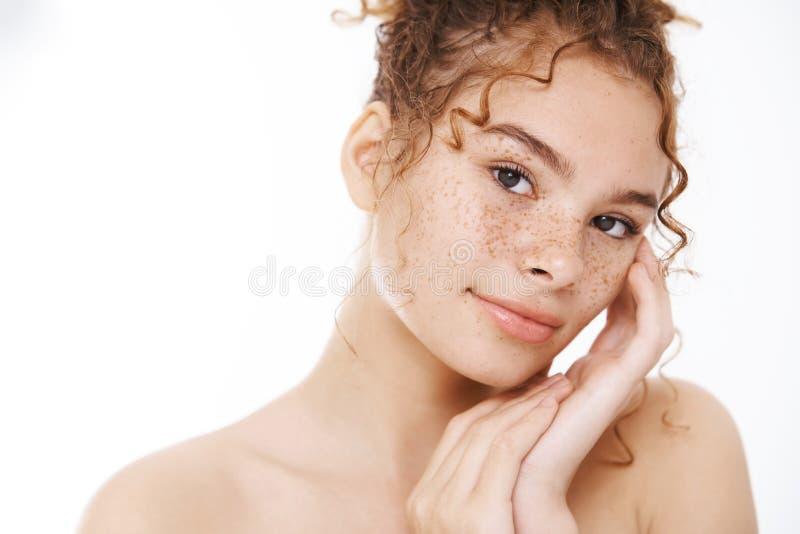 Nahaufnähend attraktive nackte sanfte Rotkopfweibfreckles berühren hautpfälte Lächelkamera erleichtert sinnlich stockfotos