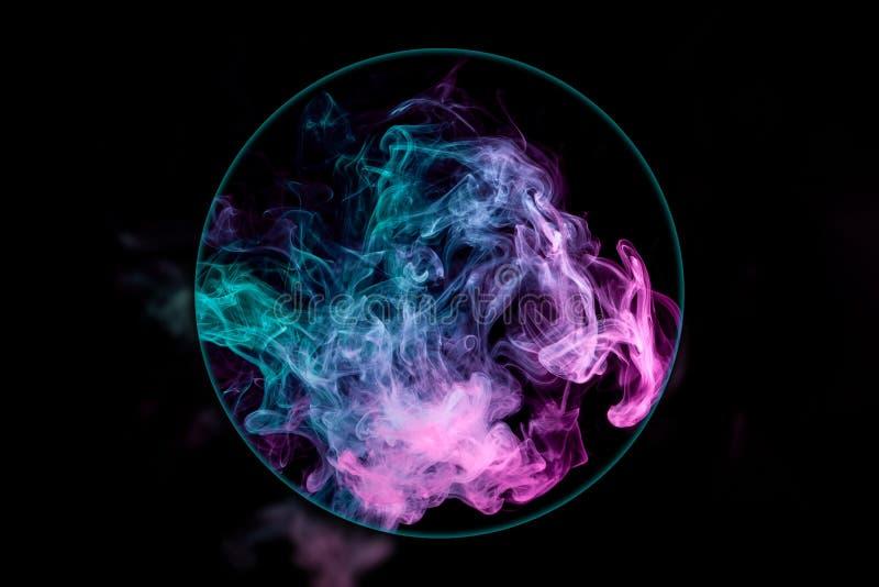 Nahaufnahme Ñ  laut vom Rosa und vom blauen Rauche stock abbildung