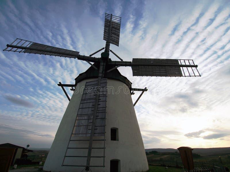 Nahaufnahme-Ansicht über Windmühle in Retz Österreich mit eindrucksvollem Himmel stockbild