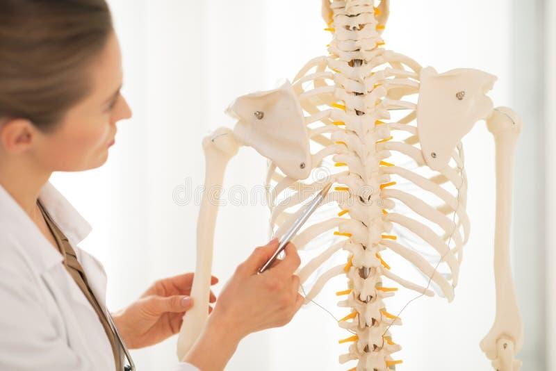 Nahaufnahme auf Arztfrau, die auf Dorn zeigt lizenzfreie stockfotografie