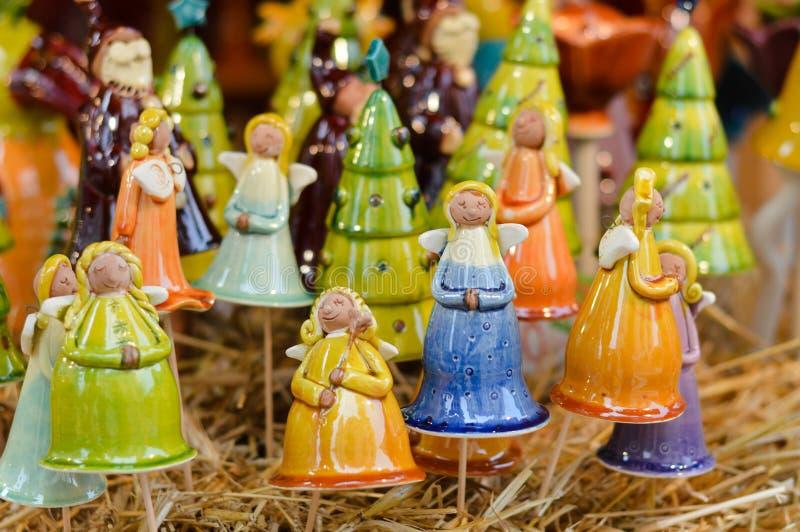 Nahaufnahme auf bunter Engelsdekoration des Porzellans für Weihnachtsfeier lizenzfreies stockfoto