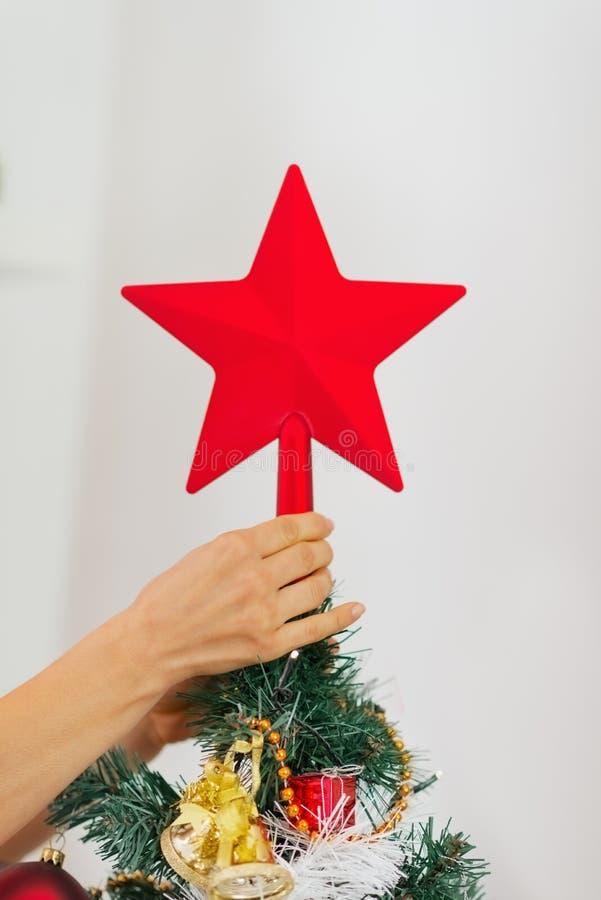 Download Nahaufnahme Auf Der Frauenhand, Die Weihnachtsbaum Verziert Stockfoto - Bild von jahr, feiertag: 27728124