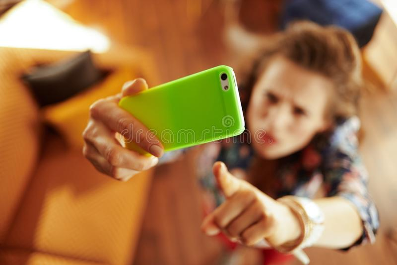 Nahaufnahme auf der Hausfrau, die wifi niedrige Signalfrage auf dem Mobile hat stockfoto