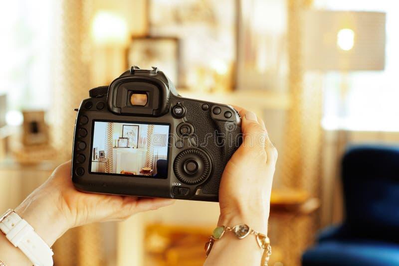 Nahaufnahme auf DSLR-Kamera in der Hand des weiblichen Innenphotographen stockfotografie