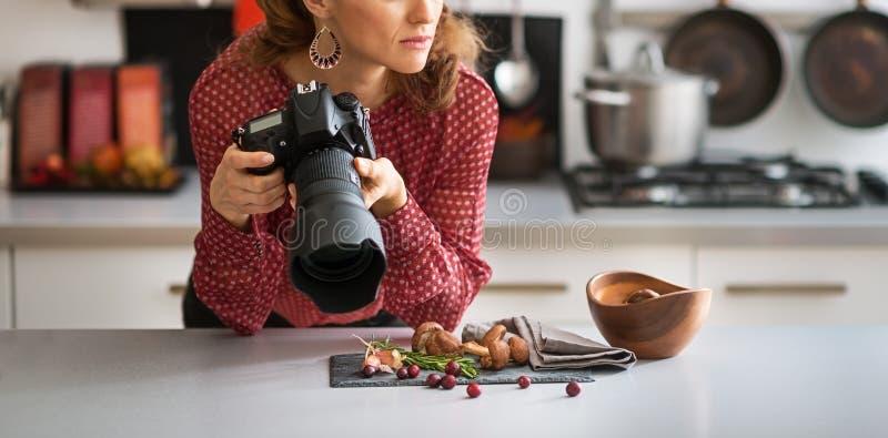 Nahaufnahme auf durchdachtem weiblichem Lebensmittelphotographen stockbilder