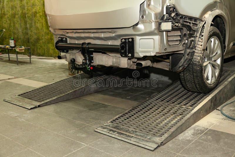 Nahaufnahme auf einem neuen schwarzen Schleppseilproblem installiert auf ein modernes Auto mit einem beige-farbigen Stoßdämpfer e stockbild