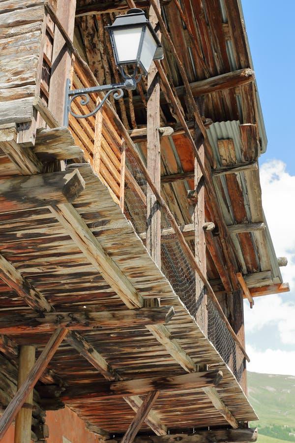 Nahaufnahme auf einem traditionellen Holzhaus mit seinem traditionellen Balkon in Heiliges Veran-Dorf stockfoto