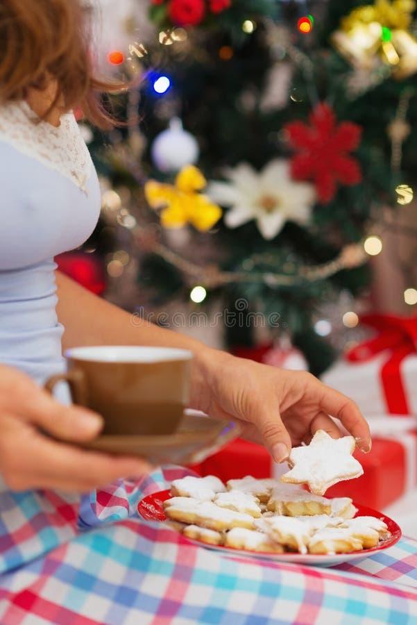 Download Nahaufnahme Auf Frau In Den Pyjamas, Die Heiße Schokolade Anhalten Stockfoto - Bild von feiertag, getränk: 27728234